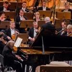 Vedetele Festivalului Enescu dau autografe la standurile Humanitas de la Sala Mare a Palatului și Ateneul Român