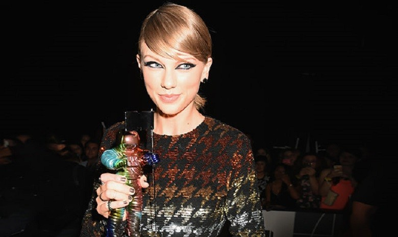 taylor-swift-2015-mtv-vma-moonman