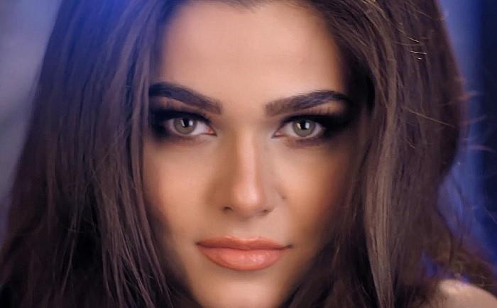 theo-rose-aprinde-luna-videoclip
