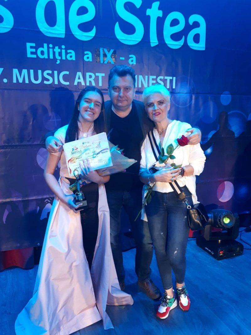 ina cu mihai alexandru si profesoara de canto Valeria Dinu Miscutia, indrumatoarea grupului Star Vivere din Oradea